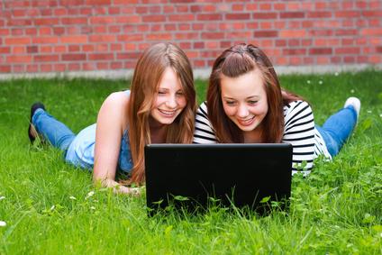 Jugendliche am Laptop 140811